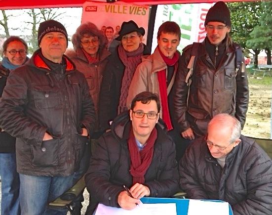 """1er mars 2014, Olivier Dartigolles, tête de la liste """"Une ville pour nos vies"""" signe le Pacte des Nouvelles Pratiques Municipales, pacte initié par Alternatives Pyrénées"""