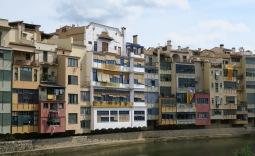 """Girone : 9 """"senyeras"""" pour ces immeubles"""