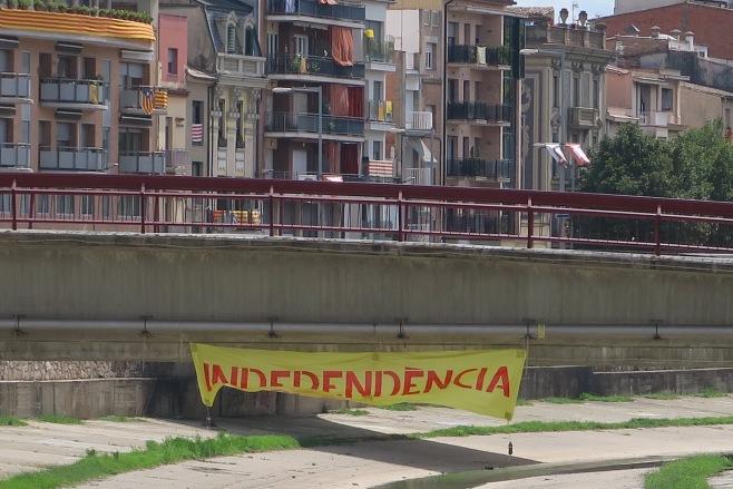 """Girone : Bannière """"Independencia"""" et """"senyeras"""" sur les immeubles"""