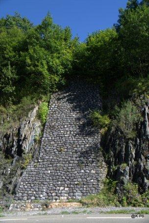 cascade de pierres taillées
