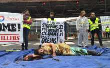 comme-hier-soir-au-palais-beaumont-les-militants-ecologistes-manifestent-ce-matin-devant-le-centre-jean-feger-de-total-a-pau