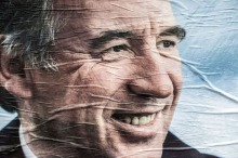 301819_le-candidat-centriste-a-la-presidentielle-francois-bayrou-sur-une-affiche-de-campagne-a-lyon-le-9-avril-2012