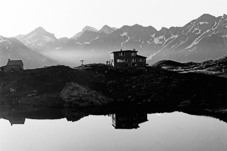 Le refuge et son lac au matin. Crédit : JM OLLIVIER