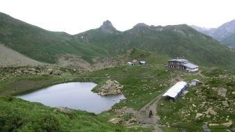 Les tentes marabouts, le vieux refuge et le nouveau - crédit : R. Contrucci